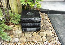 アクセントとしての黒御影石の水鉢のイメージ