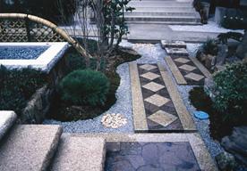 切石と天然石の歩径路のイメージ
