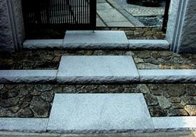 落ち着いた木曽石寄石と白御影石の段鼻のイメージ